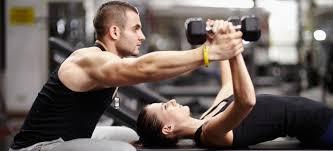 パーソナルトレーニングをする男性トレーナーと女性