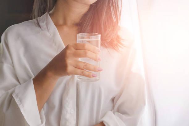 水を飲む女性の写真