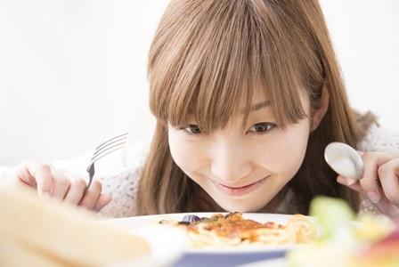 食べるのが好きな女性