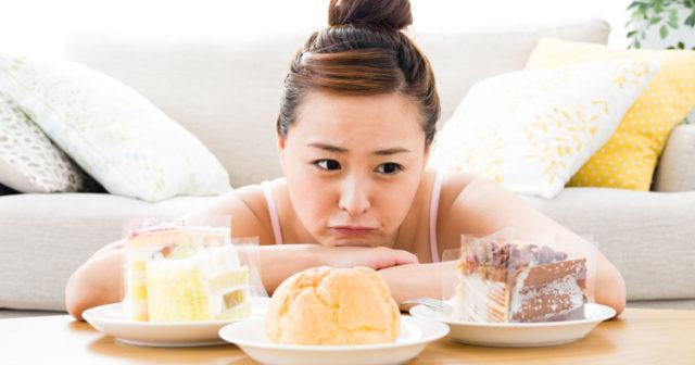 糖質を我慢する女性